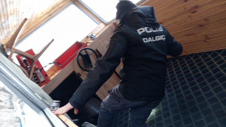 Alabora olan göçmen teknesi karaya çıkarıldı