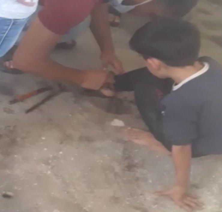 Ayağından zincirlenen çocuk yangından son anda kurtarıldı