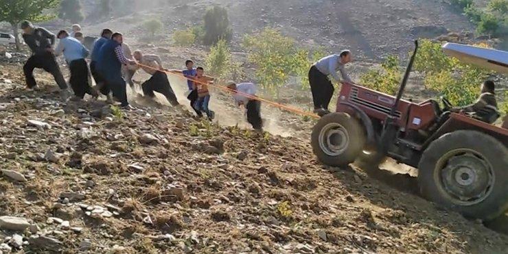 13 kişi traktörü halatla çekerek uçuruma düşmekten kurtardı