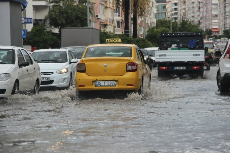 Sağanak İzmir'i göle çevirdi