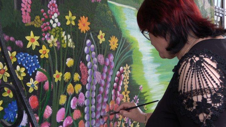 Rus ressam evinin duvarına yaptığı çizimlerle ilgi odağı oldu