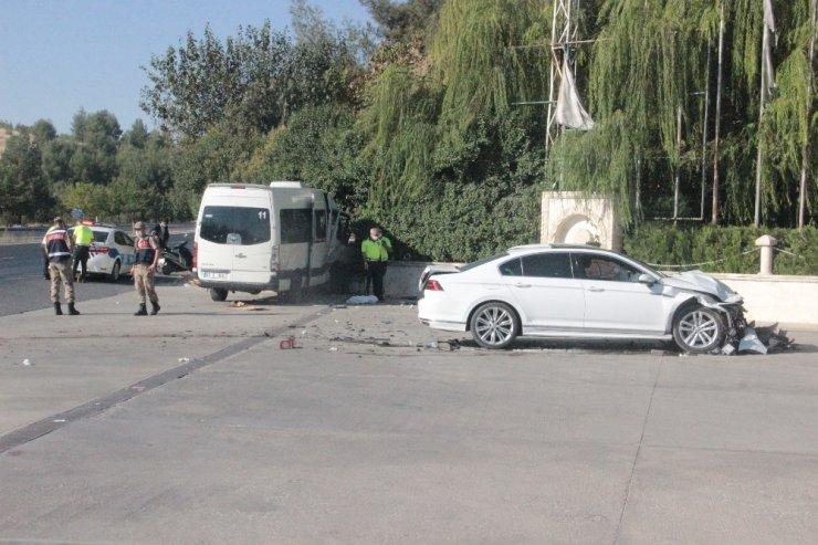 Otomobil işçi servisine çarptı: 15 yaralı