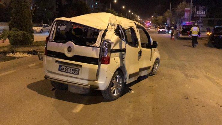 Ticari araç karşı şeride geçti otomobile çarptı: 4 yaralı