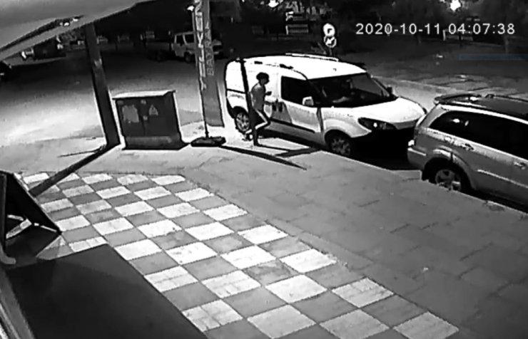 Hırsıza da bak sen: Soyduğu aracın kapasının kapatmak için döndü