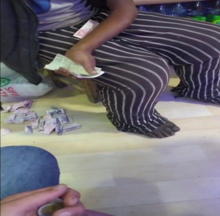 Döviz bürosu gibi dilenci markette paraları sayarken yakalandı
